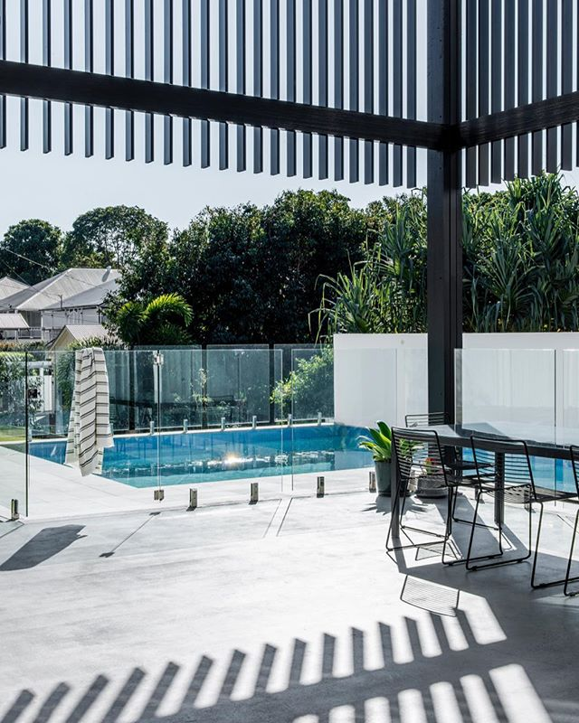 clear sky queensland. . at clayfield. . image @cathyschusler . #favellarchitects #residentialarchitecture #queenslandarchitecture #outdoorliving #poolside #queenslandhomes #clayfield