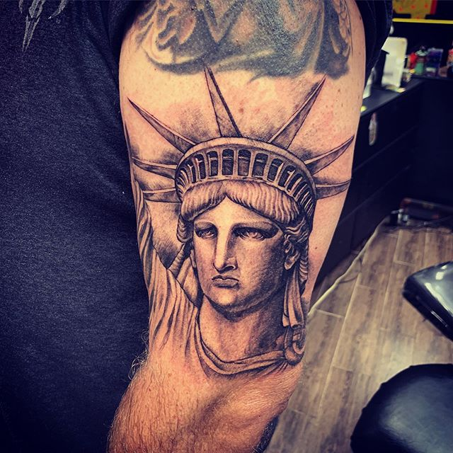❤️ #newyorknewyork #statueofliberty #tattoobyyoung #newyorktattoo