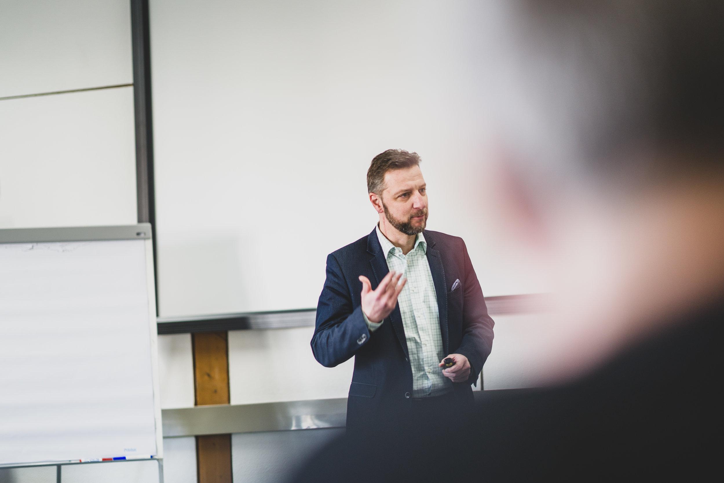 Carsten Wißmann beim Gedankenaustausch