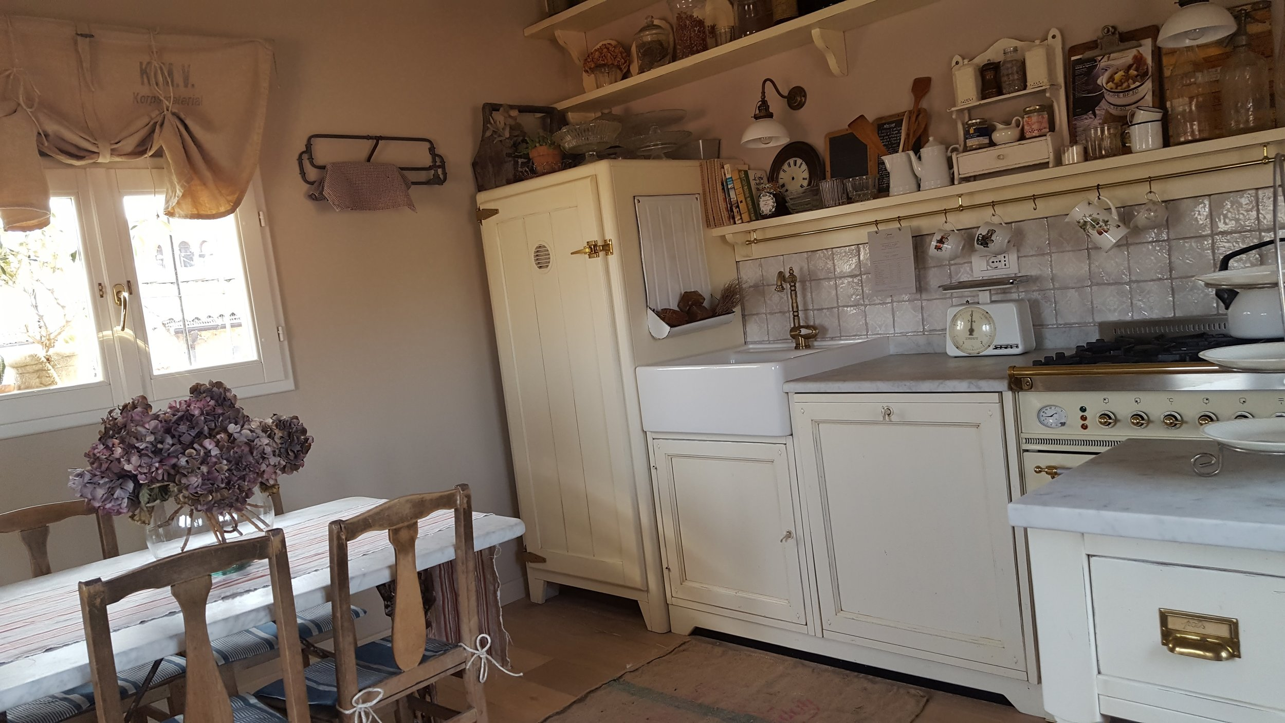 A cute farmhouse kitchen at the B&B Quartopiano