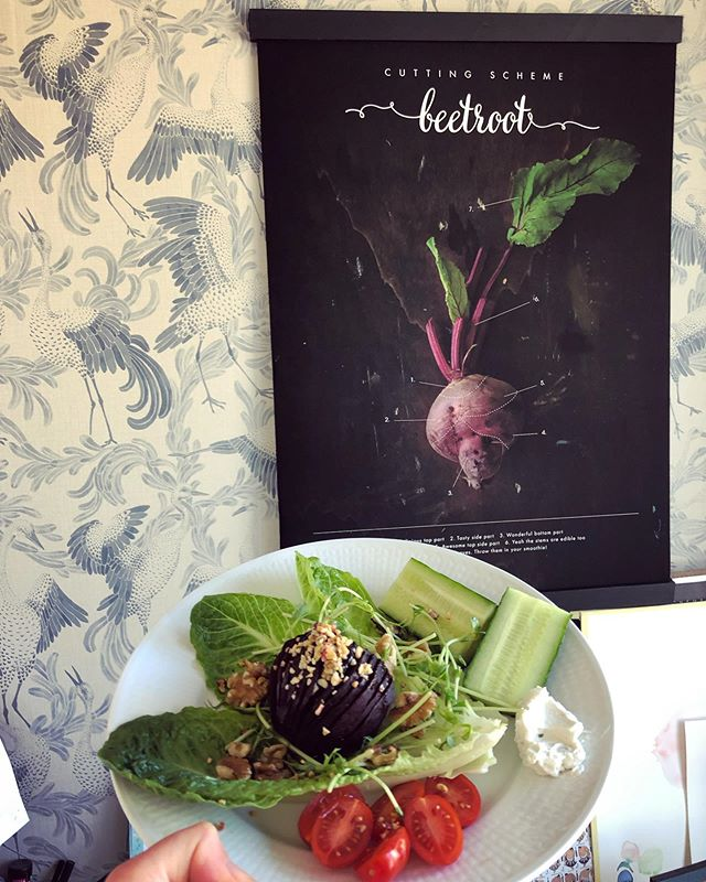 Today's lunch in my little office. Beetroot with beetroot 🥰 . The vegetarian butcher's cutting scheme, available in English or Swedish. 30x40 cm or newly added 50x70 cm. Now FREE SHIPPING to USA and Europe! Yay! At seventyfiveyearplan.com as per usual...