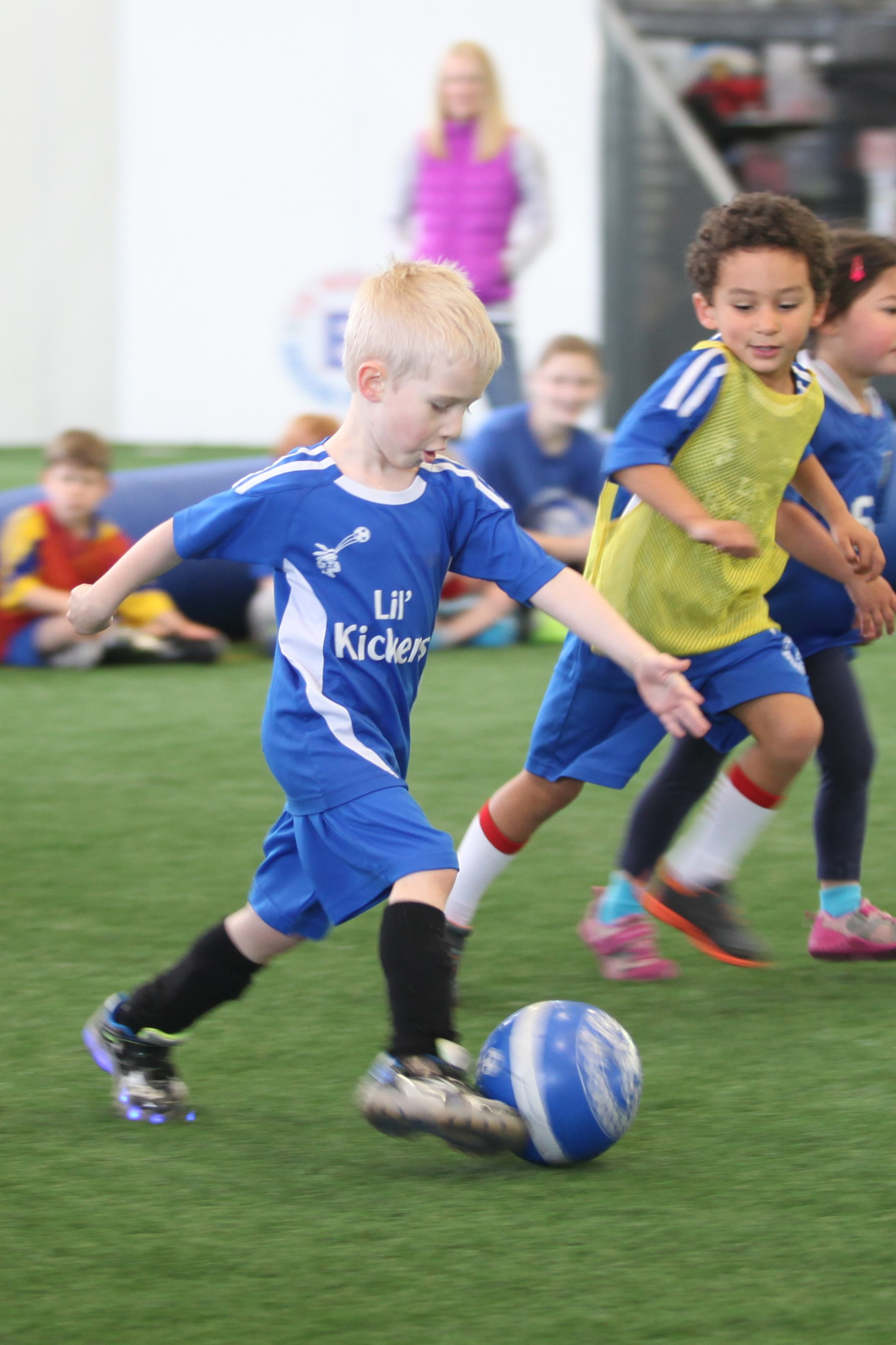 Classes balance the use of fun games and technical drills with non-competitive scrimmaging to teach new skills each week.  Micro 6/7 classes are 50 minutes with 15-20 minutes of instruction and 20-25 minutes of non-competitive scrimmaging.  The class ratio is 12:1