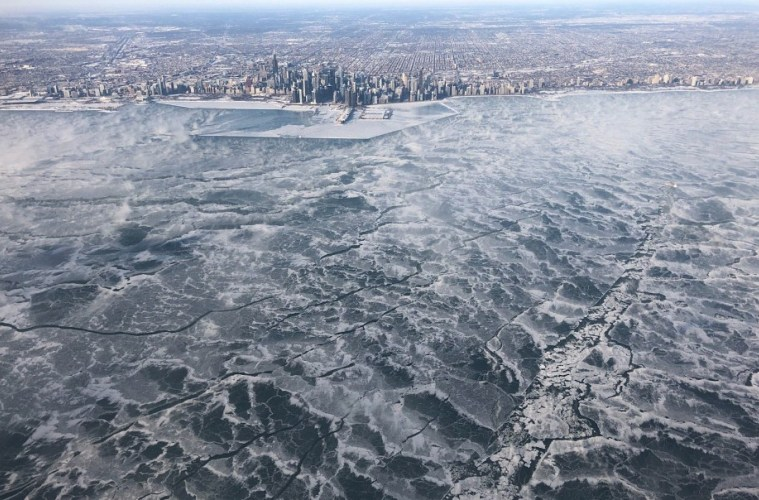 Chicagos-Lake-Michigan-has-frozen-over-Pictures-.jpg