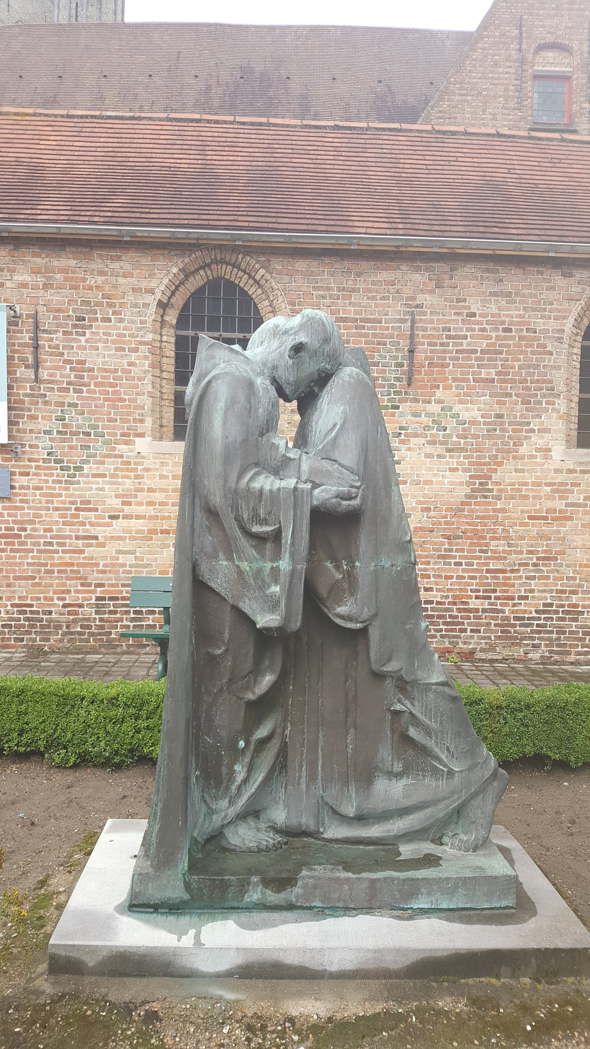 """The """"Kiss of Peace"""" statue outside of int-Janshospitaal"""