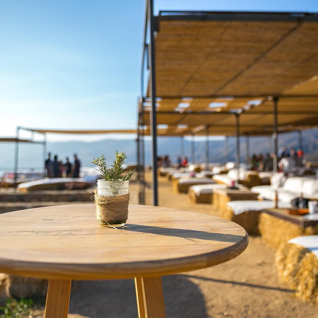With a semi-open design that integrates naturally with its surroundings, Bar Bura has become a favorite spot for those who like to savoir the best wines of the region while they enjoy spectacular sunsets of the Salsipuedes Bay.