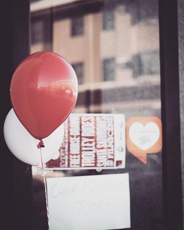 19/365 🎈📈 #365challenge #365photochallenge #minimalism #broadmag #red #minimalmonday #minimalzine #leviallen #habitsofexcellence