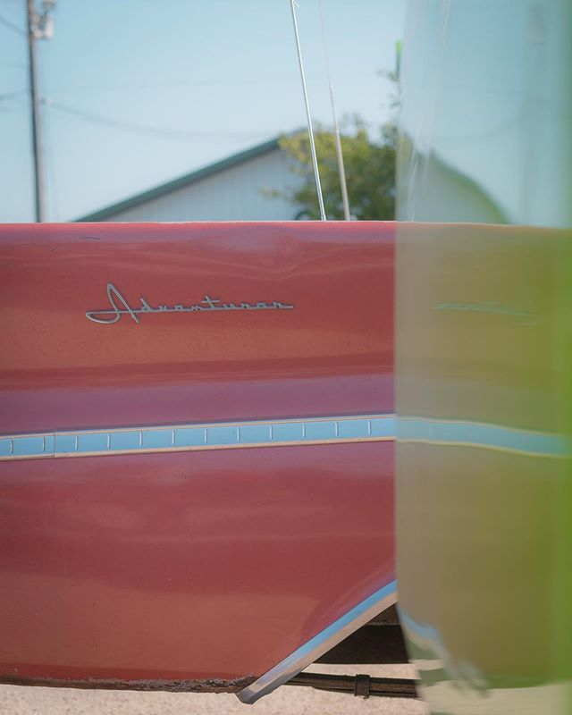 the color on this DeSoto Adventurer at the fair is 🔥 #peachish #desotoadventurer #minimalzine #gominimalmag #green #reflection #blue #sky #minimalmonday #pocket_minimal