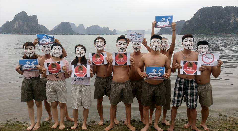 Activists in northern Việt Nam express their support for Formosa victims. (Photo: Facebook/Hoàng Sa Club)