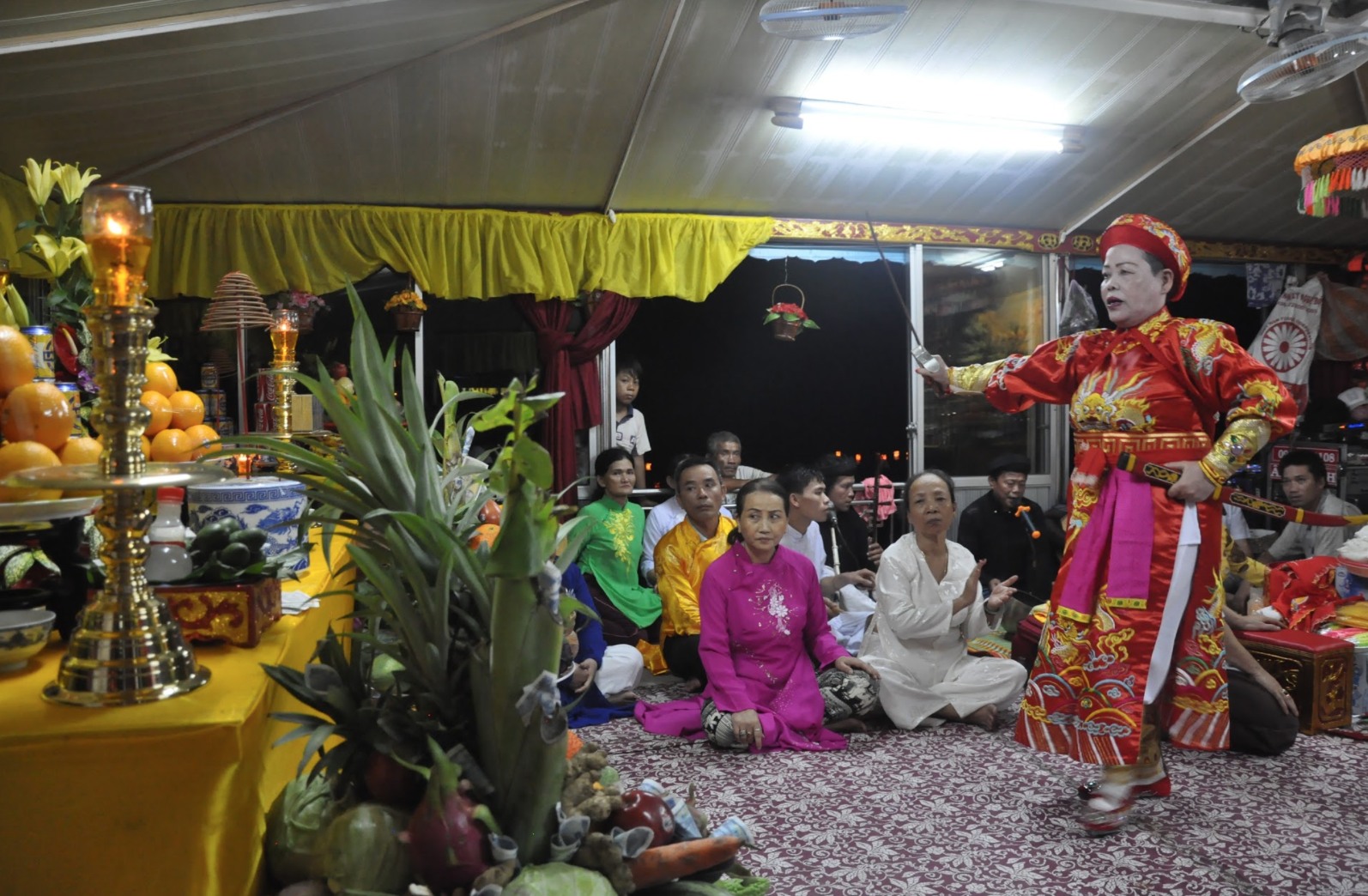 Kim Chi in a ritual trance as a king performing a dance to honor the Mother Goddess. (Photo: Loa/Jenny Lý)