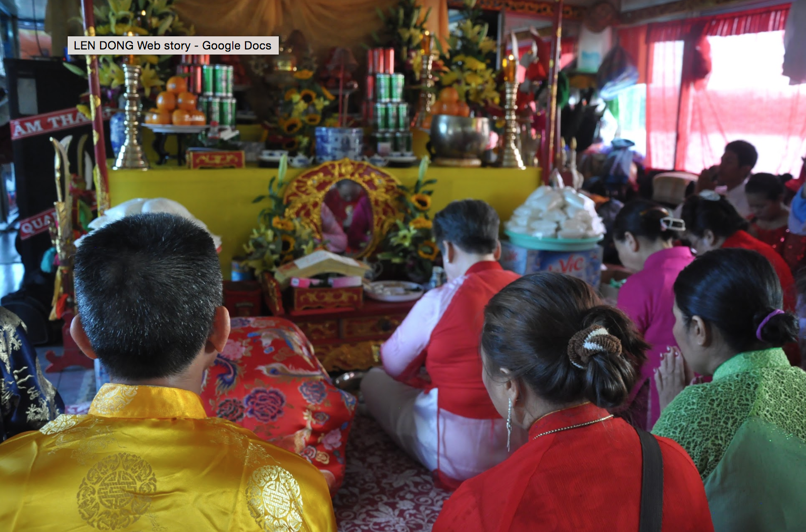Temple delegation in prayer before the Mother Goddess altar on the boat. (Photo: Loa/Jenny Lý)