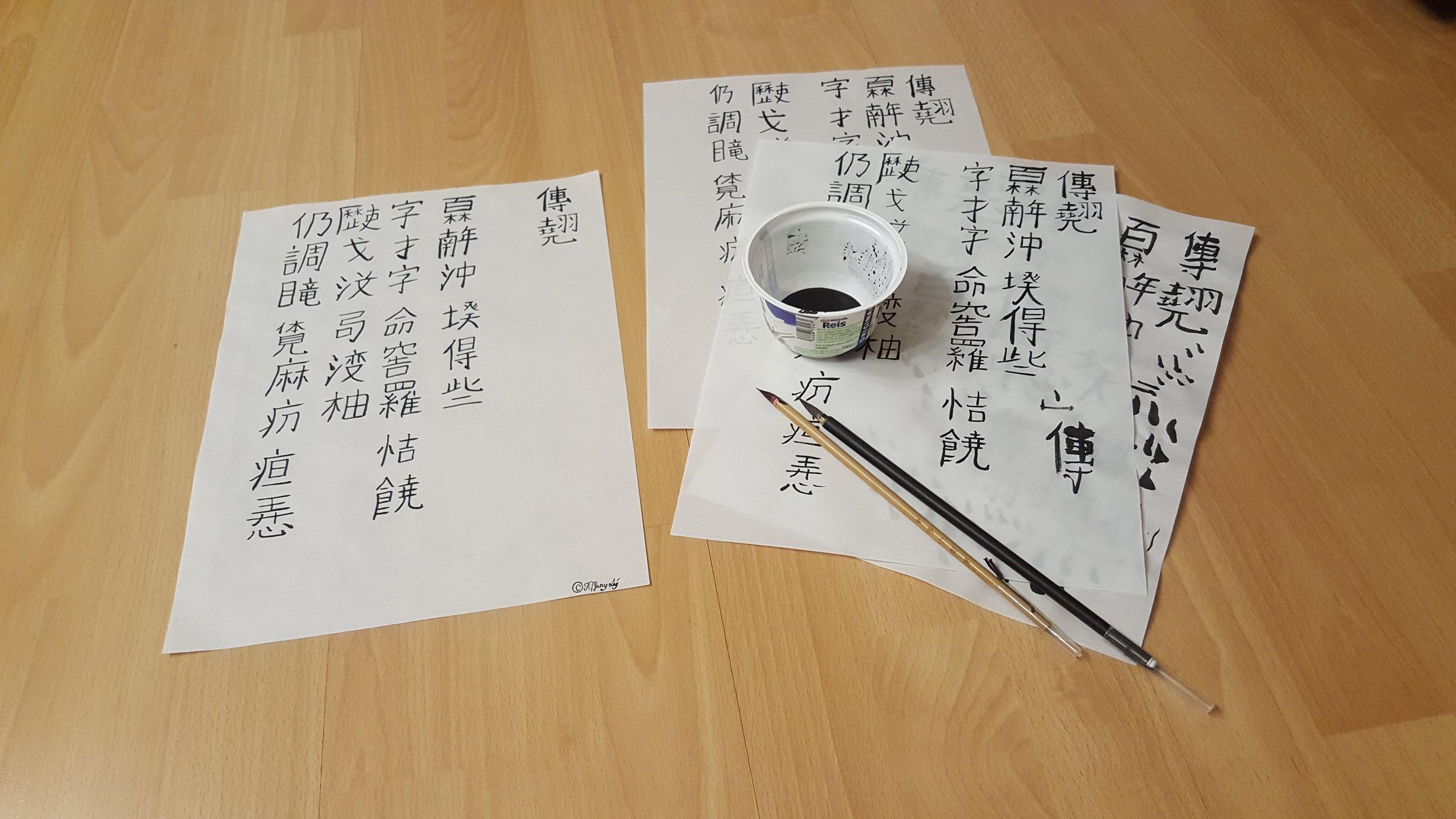 Tiffany Lý practicing writing chữ Nôm. (Photo: Loa/Tiffany Lý)