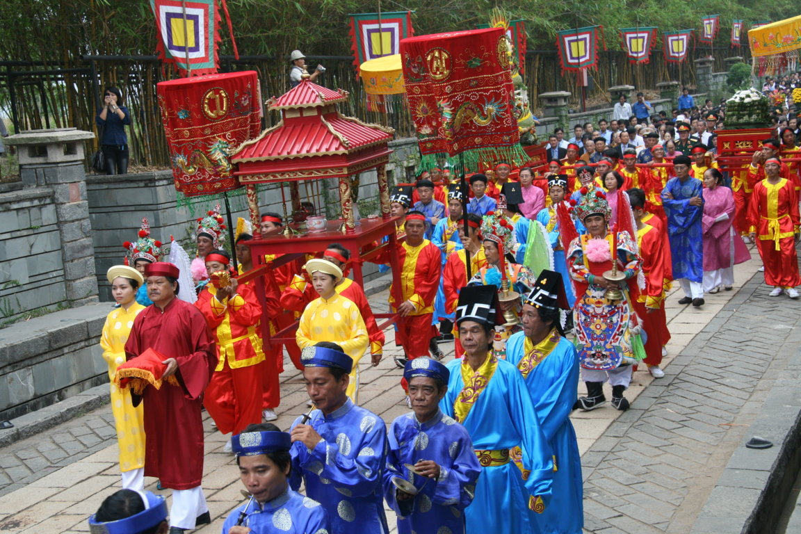 People march with their offerings to King Hùng at a festival in 2012 (Photo: http://guide.edu.vn/en/about-vietnam/the-hung-kings-temple-festival.html)