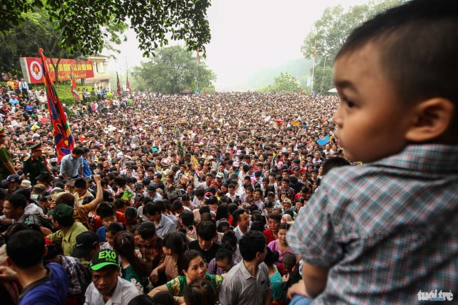 Thousands gather at Hùng Temple in Phú Thọ Province (Photo:  http://www.thanhniennews.com/society/chaos-in-northern-vietnam-as-thousands-flock-to-hung-kings-temple-61290.html )