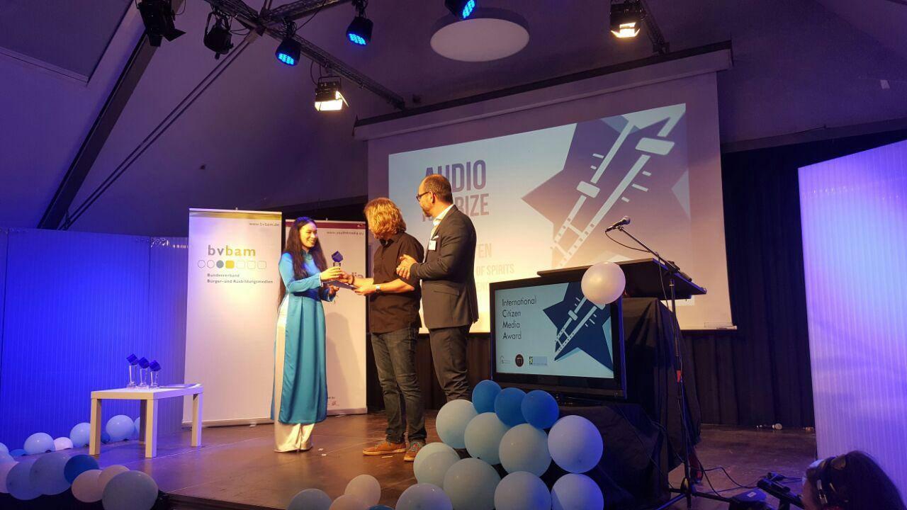 Loa's Tiffany Lý accepts the ICM Award 2017 on behalf of Team Loa.(Photo: Loa)