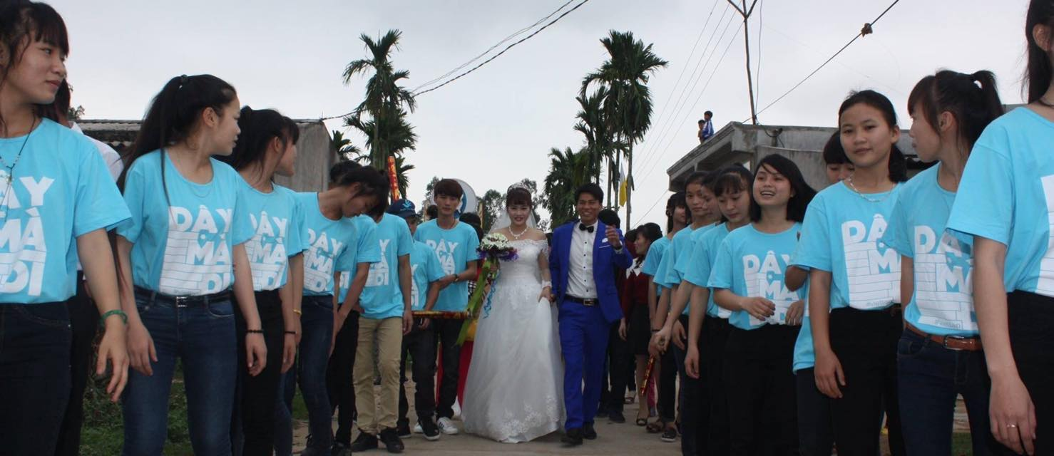 "Hồ Thị Châu and Nguyễn Văn Oai on their wedding day, with members of the bridal party clad in ""Rise up"" t-shirts. (Photo: Facebook/Linh Châu)"
