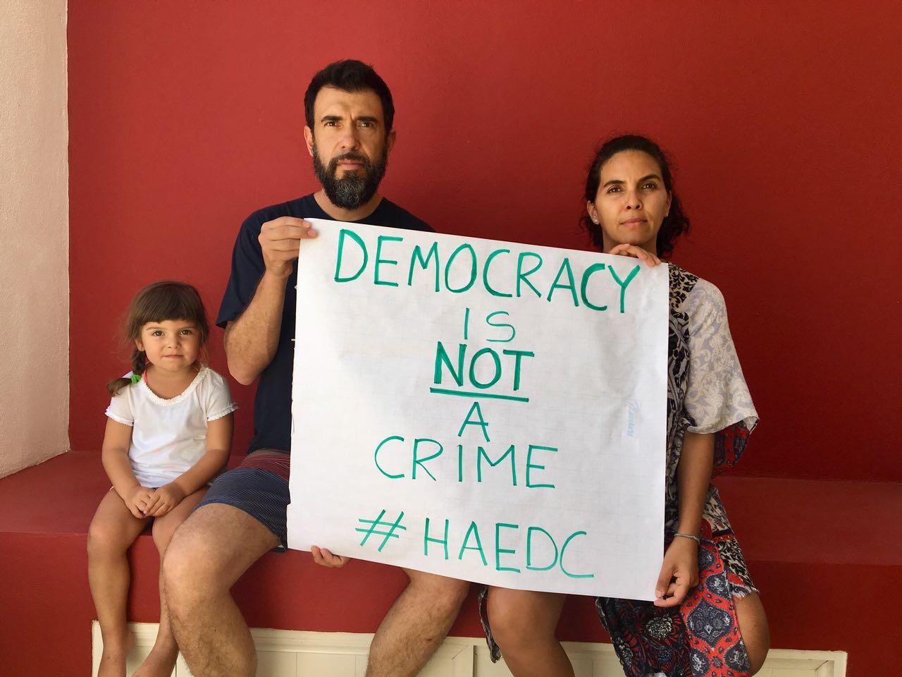 Activist Héctor Castañón and his family in Mexico. (Photo: Facebook/ Việt Tân )