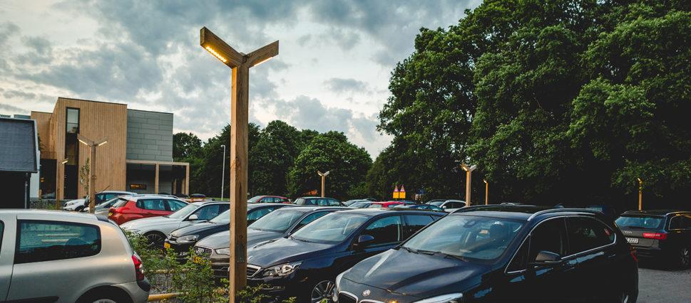 Houten-lantaarn-op-parkeerplaats-969x426.jpg