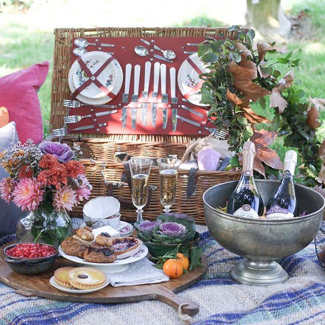 💕 A picnic created on of the retreats in France last autumn.💕 Den här helt underbara picknicken skapade Marianne @inspirasjonsguidennorge och Franciska @franciskasvakreverden på retreat i Frankrike förra hösten. Just nu kan du följa med på deras fina semester i Spanien/Frankrike då de åker tillbaka till Chateau Montfort, missa inte det!  Vill du följa med på retreat/event i höst?! Se till att du är uppskriven för nyhetsbrevet så kommer det snart mer info! 💕 Hoppas ni har en alldeles underbar fredag!!! 🥂🍰🎉 #picnic #picknick #visitfrance #autumn #styling #tablewear #vintagedreams #loppis #retro #dukning #bordekking #eventplanerare #florist #blommor #flowergirls #sagolikaplatser #hiddengem #cava #slott #friyay #champagne #homebaker #hembakat #bukett