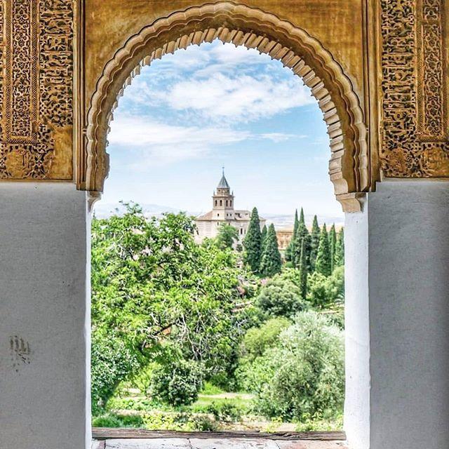 Granada, you have got my heart.  Vilken stad...påminner mig nästan mer om Italien än Spanien. Hit tänker jag komma tillbaka väldigt snart! 🌺🌺 Photocred: @ilsignoredibaux #granada #granadacity #wanderlust #traveljournal #travelandexplore #views #alhambra #visitgranada #visitspain #travelgoals #traveldreams #livemoremagic #lifestyleretreats  #spaininmyheart #spain