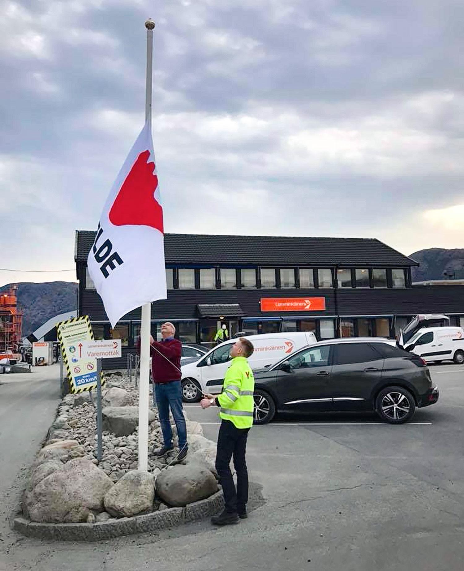 Velde heiser flagget på Forus.