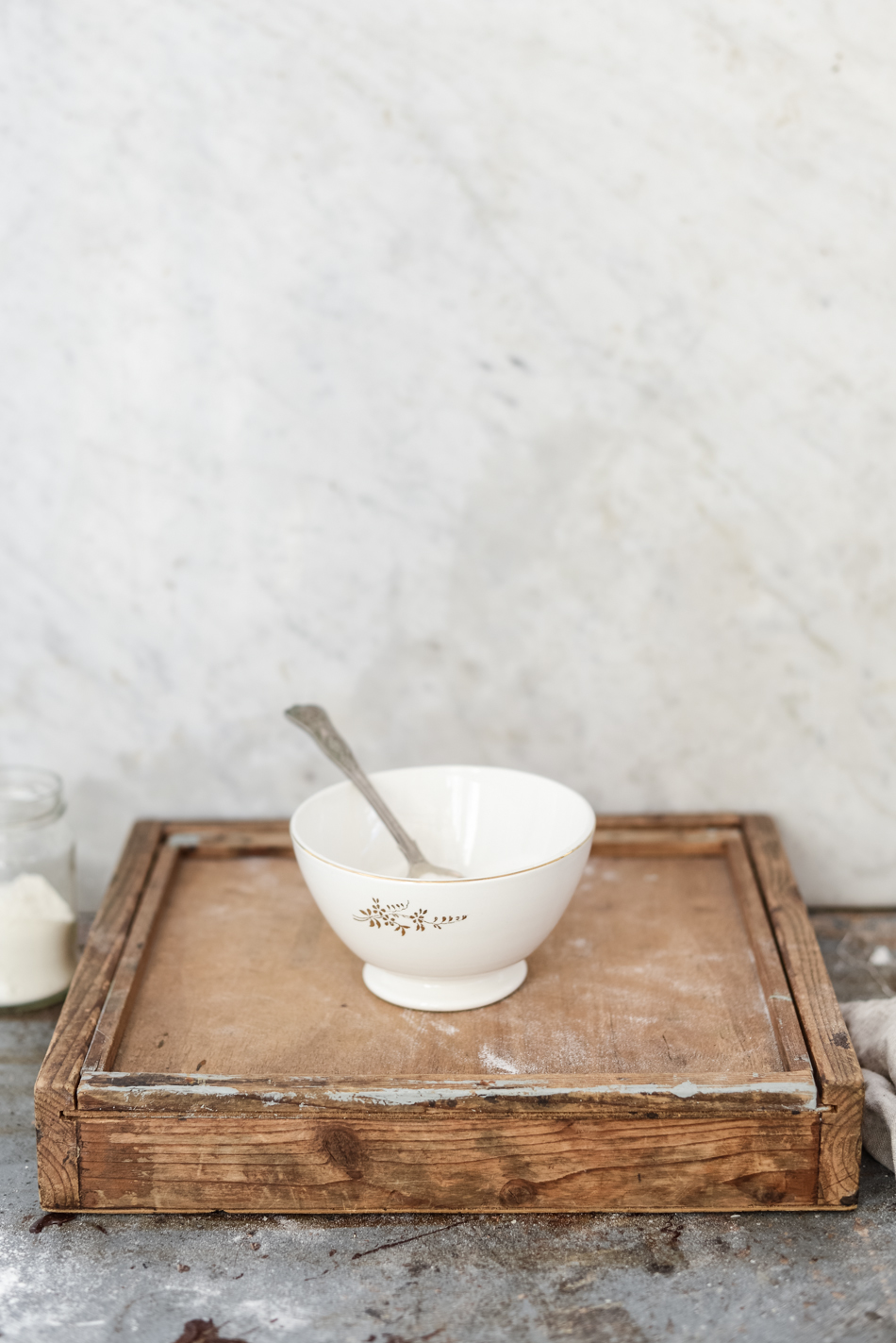 10g di miele liquido,4 cucchiai di farina di grano, 40 ml di latte intero.Unite gli ingredienti in una terrina. Applicate la maschera e lasciate agire per 10 minuti.