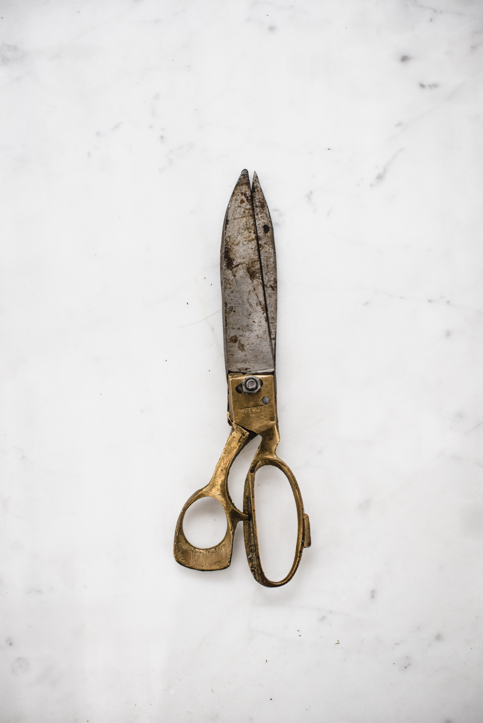 Uno strumento insostituibile: le forbici.E' puro amore. Più ne compro e più ne perdo : queste restano sempre tra le mie preferite e le tengo spesso con me. A volte cammino per strada e sorrido da sola: chissà cosa accadrebbe se quel passante sbirciasse nella mia borsa.