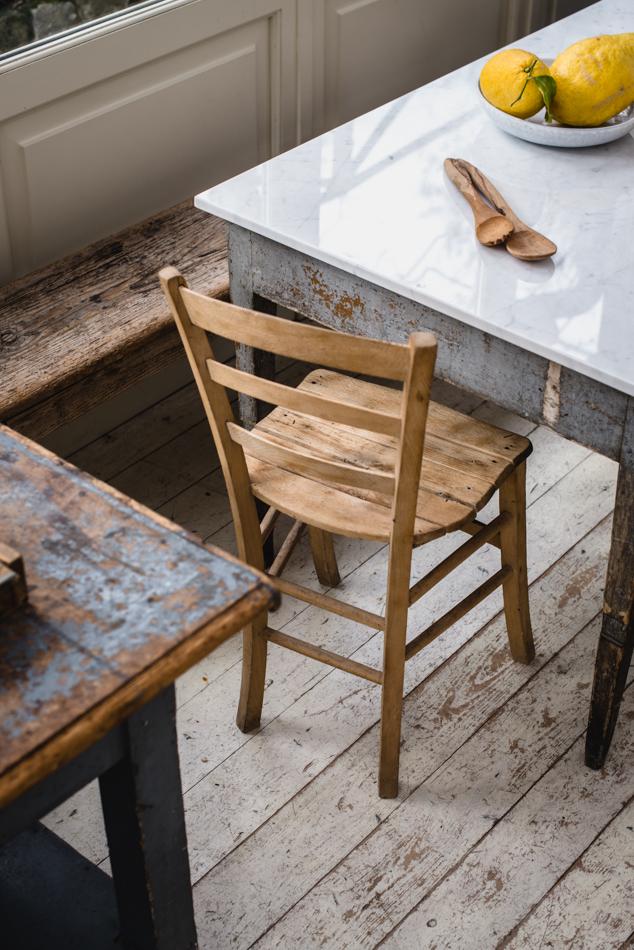 Il vecchio tavolo ancora da restaurare che ho completato con il top di marmo bianco.