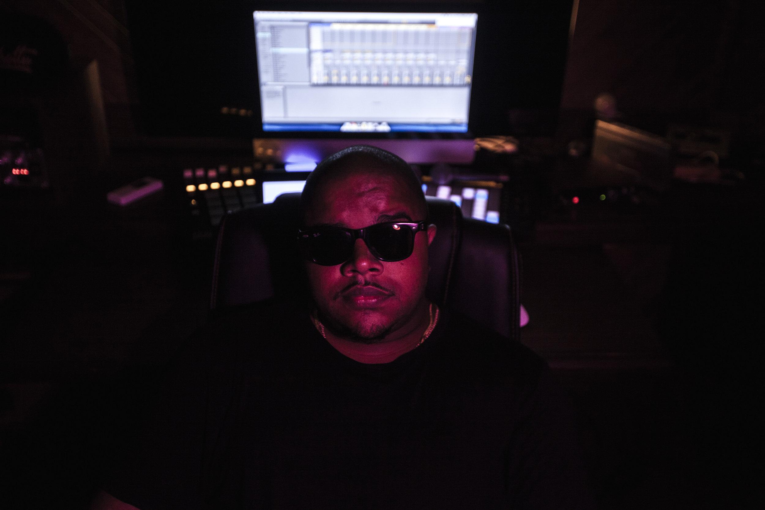 DJ LN - Das picapes pro studio. Do studio pras picapes.Sete anos de estrada. DJ LN se aproximou da discotecagem em um curso que fez na CUFA e mais tarde aprimorou os seus conhecimentos sobre essa arte através do Redbull Favela Beats, na época oferecido pelo Afroreggae. Foi neste momento que conheceu Marcelo Dughettu, fundador da DUTO.DJ LN faz parte do time Duto desde a fundação da produtora, em 2012, onde atua como Produtor Musical e Assistente de Áudio.Ao longo deste tempo já produziu artistas como Kayua, Marcão Baixada, Sant, Paulo Sad, Júnior Clash, Mabili, Jota Jr y Macine, entre outros.