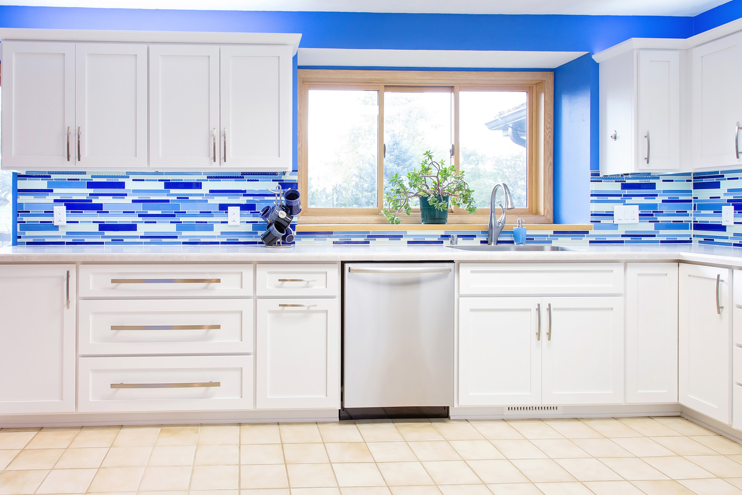 Shaker Style White Cabinetry With Bar Style Drawer Pulls
