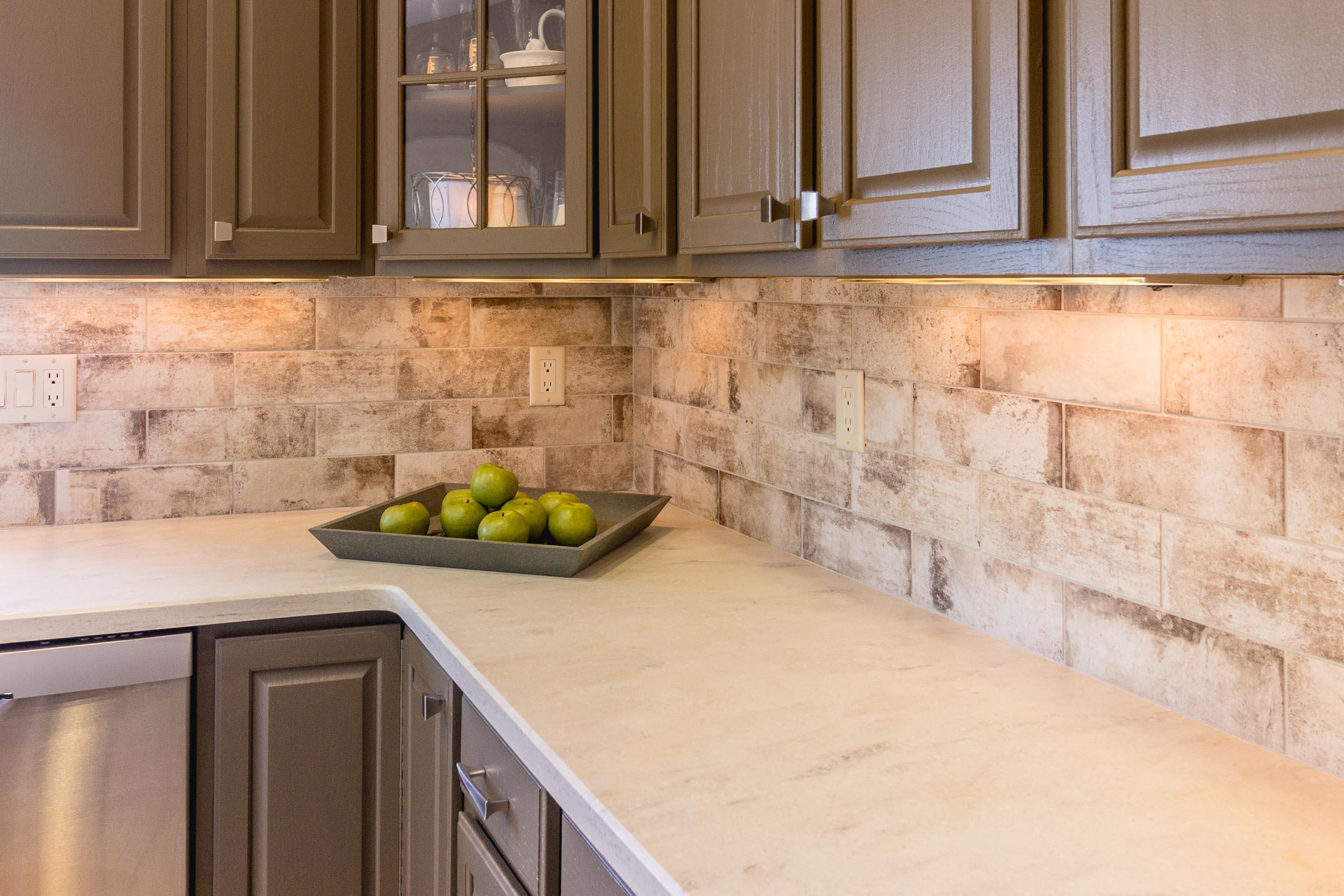 Corian Clamshell Countertop with Cantina Bianco Backsplash Tile