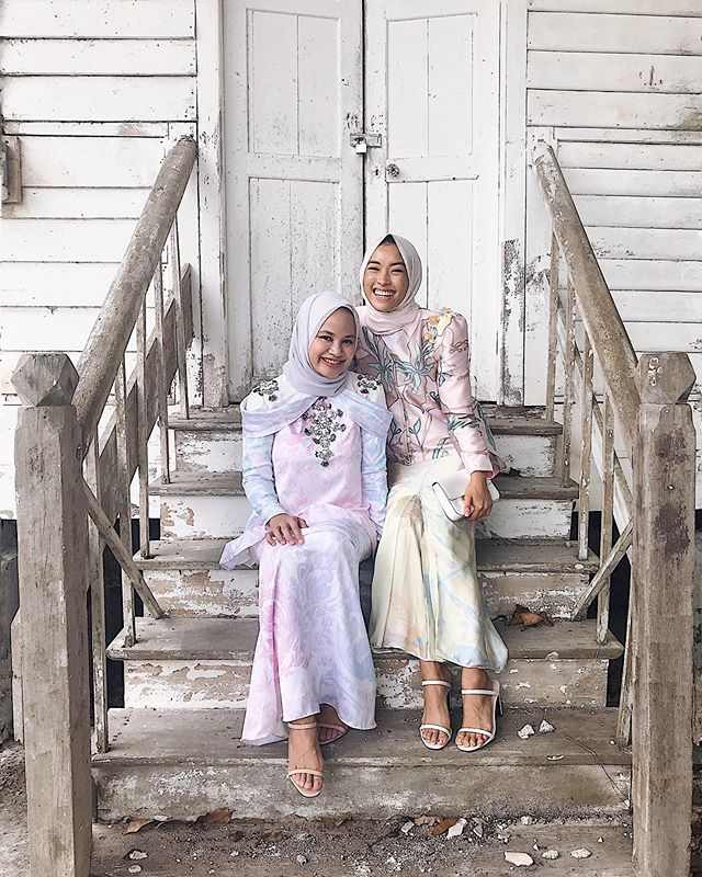 Team melaram dekat kampung👯‍♀️😆. So so happy to have one of my best friends @nurulfarizaa with me this year in #KampungTronoh . Good job us on finding husbands from the same hometown 🌾😜. . Wearing my first ever printed pairing from @mimpi_kita , scarf from @theduckgroup and both of us in @nelissahilman heels cause it's so comfy!
