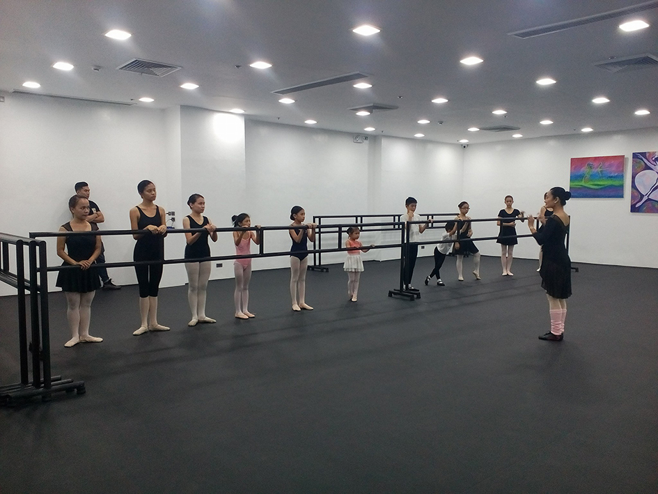 Prima ballerina Lisa Macuja-Elizalde holds a free trial class at her ballet school's newly inaugurated branch at Fisher Mall. Photo by Eileen Lopez