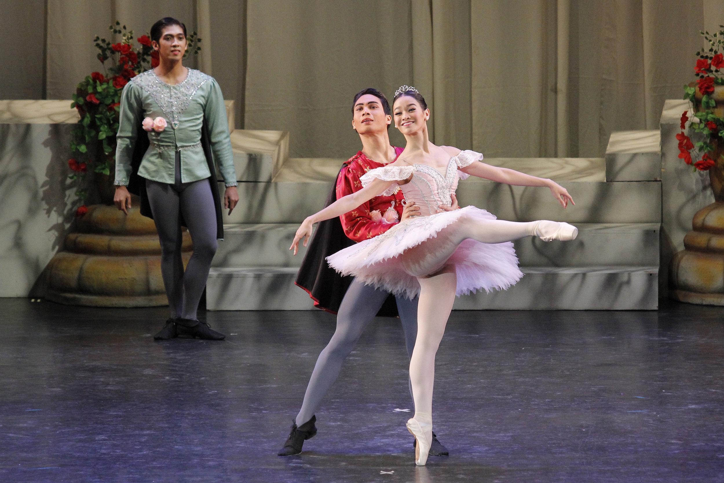 Partnering Dawna Mangahas (Sugarplum Fairy) in    The Swan, The Fairy and The Princess    in 2016. Photo by Kurt Alvarez