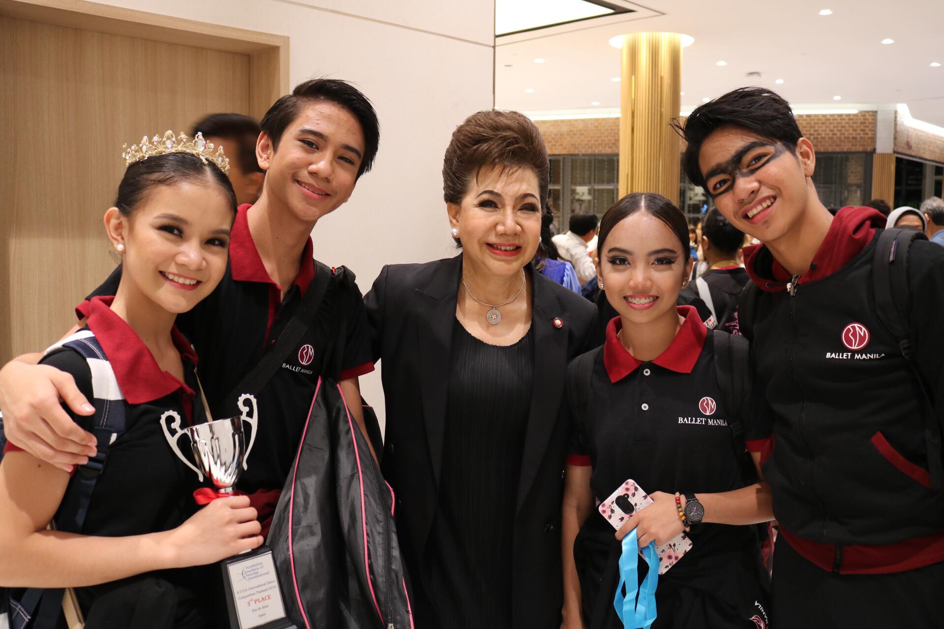 Pas de Deux third-placer Shaira Comeros and Brian Sevilla (left), and honorable-mention recipients Elyssabeth Apilado and Alvin Dictado (right) are congratulated by ATOD competition organizer Preeyapun Sridhavat (center).