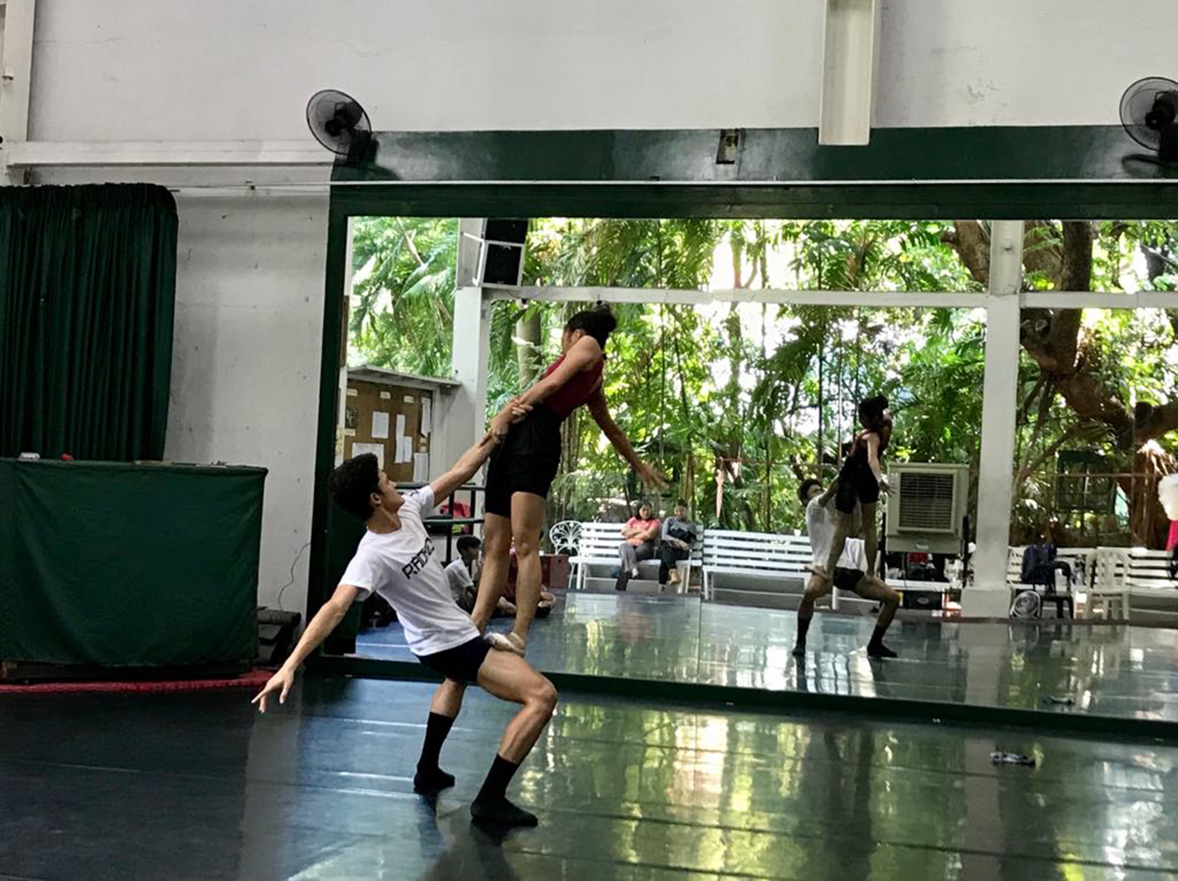 Fuga    required the dancers to stretch – literally and figuratively – beyond their limits. Photo by Giselle P. Kasilag
