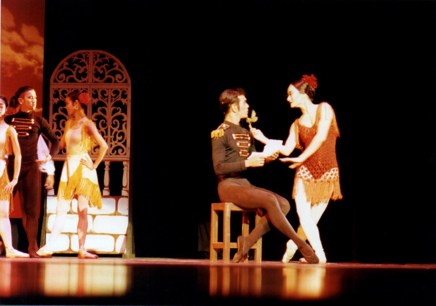 Lisa Macuja-Elizalde in the title role of Carmen seduces Don Jose (Osias Barroso). Photo by Ocs Alvarez