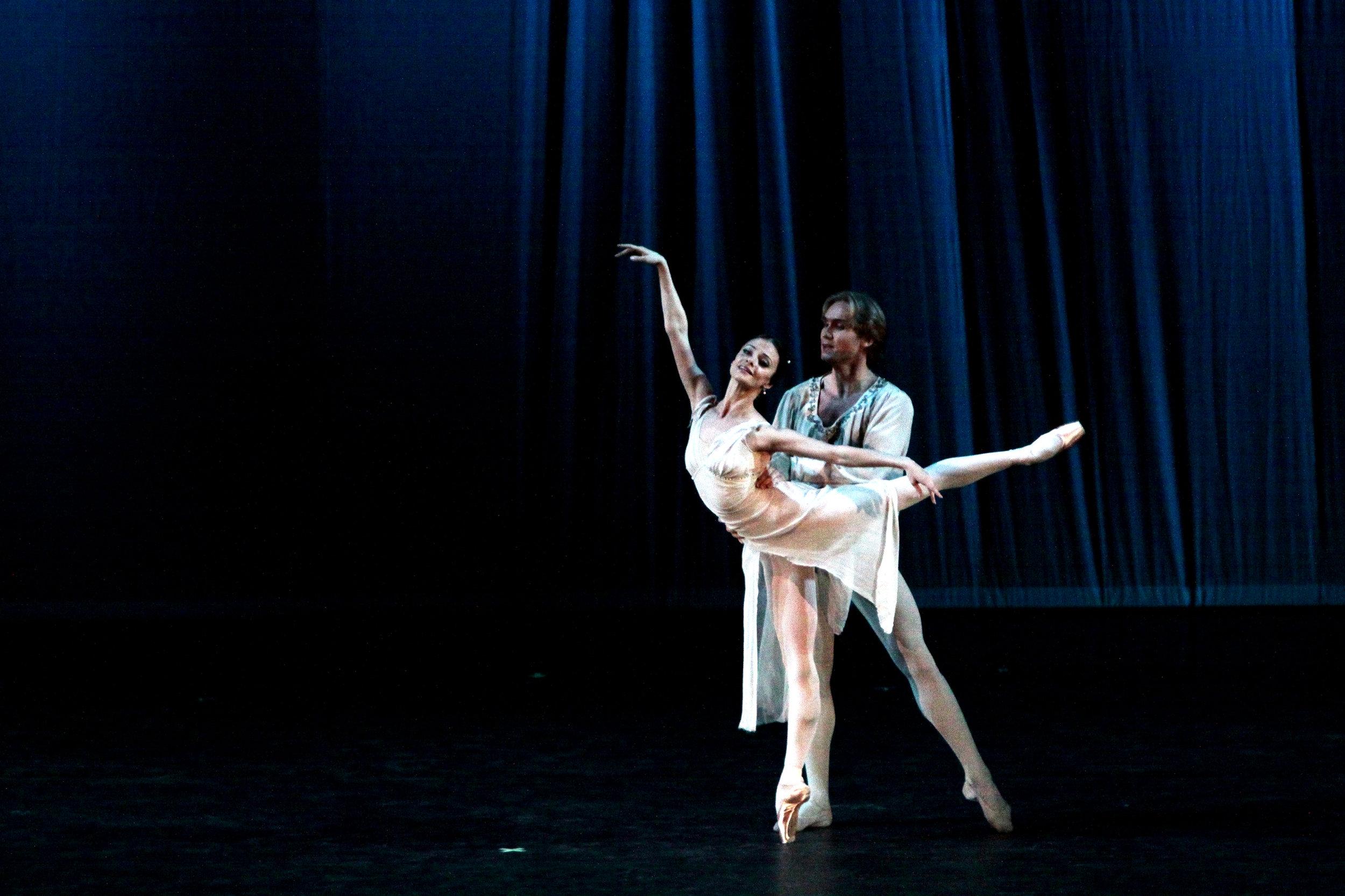 Yana Selina, soloist of the Mariinsky Ballet, and Mikhail Lobukhin, principal dancer of the Bolshoi Theatre Ballet Company, perform the    Romeo and Juliet    pas de deux. Photo by Ocs Alvarez, from the Ballet Manila Archives collection