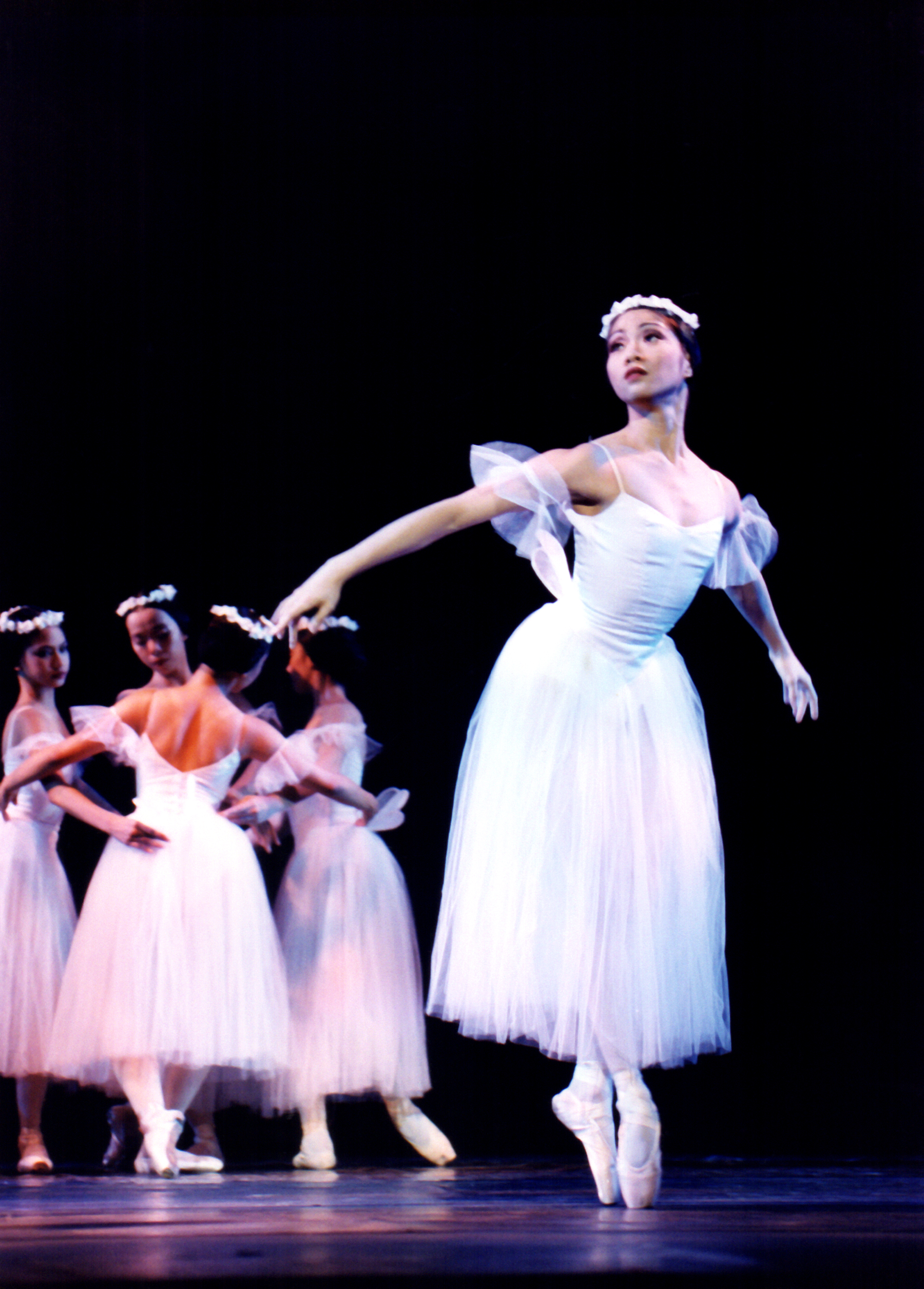 Sandralynn Huang displays the refined movements characterizing  Les Sylphides , which was half of a twinbill to open Ballet Manila's fifth season in February 2000.