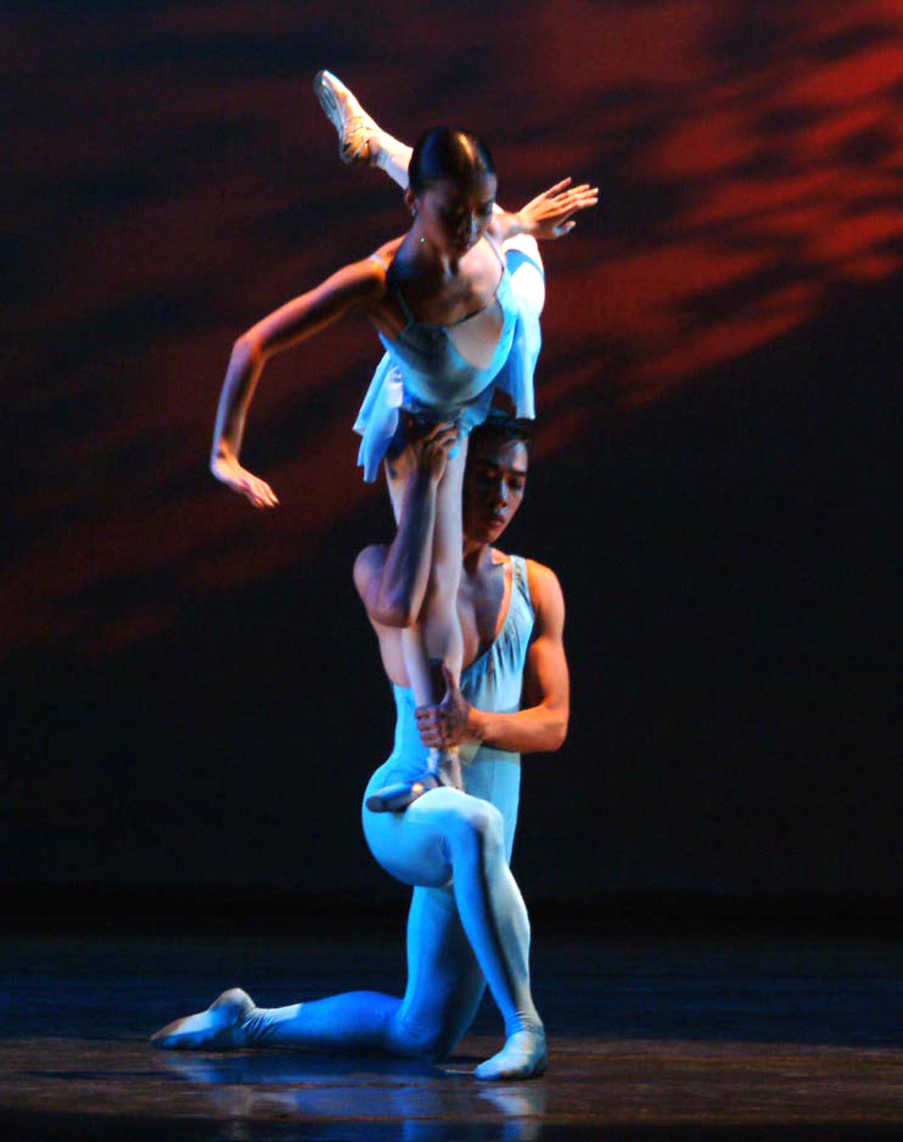 Sofia Sangco-Peralta and Jonathan Janolo in Eric V. Cruz's  Visions in Blue . Photo by Ocs Alvarez