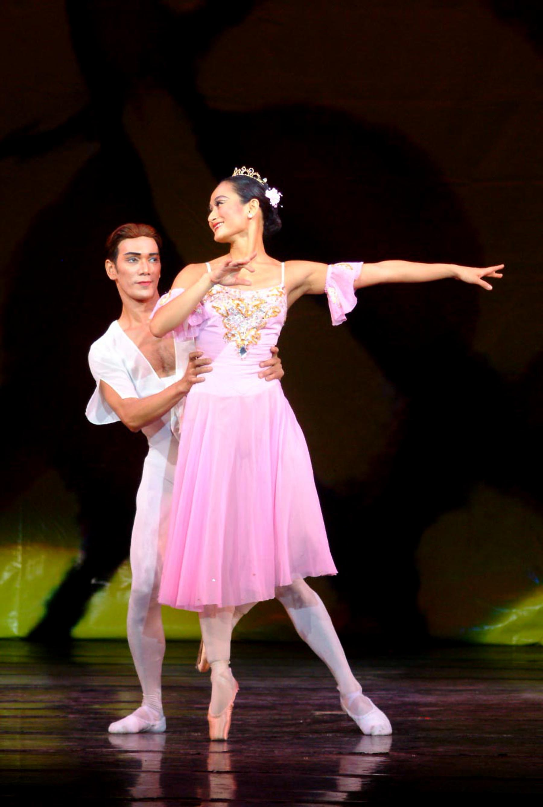 Osias Barroso and Lisa Macuja-Elizalde in Tony Fabella's  Dancing to Verdi . From the Ballet Manila Archives collection