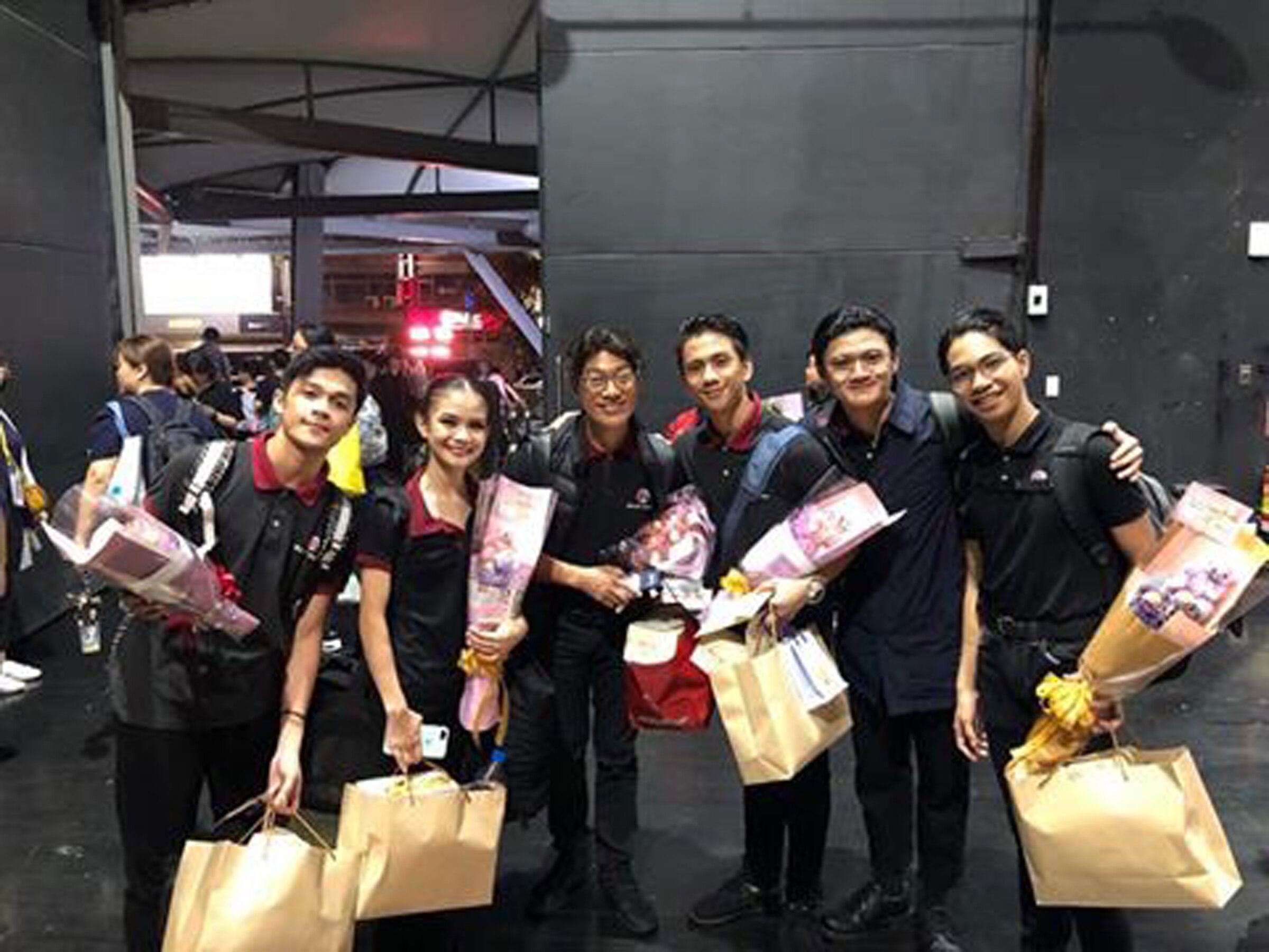 The students of Zhongli Youth Ballet showered the BM group with flowers and gifts in appreciation for their visit.