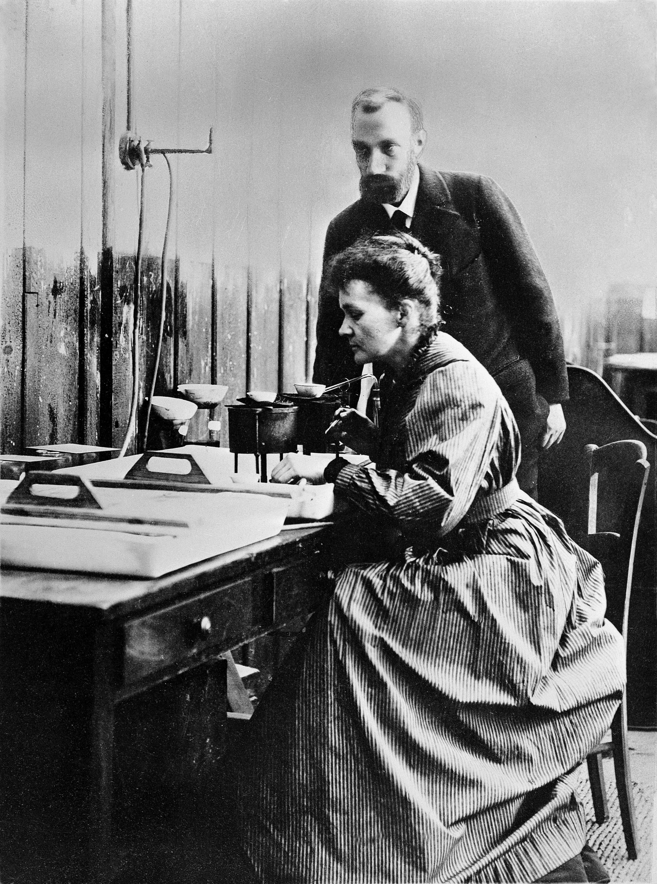 Pierre_and_Marie_Curie_at_work_in_laboratory_Wellcome_L0001761.jpg