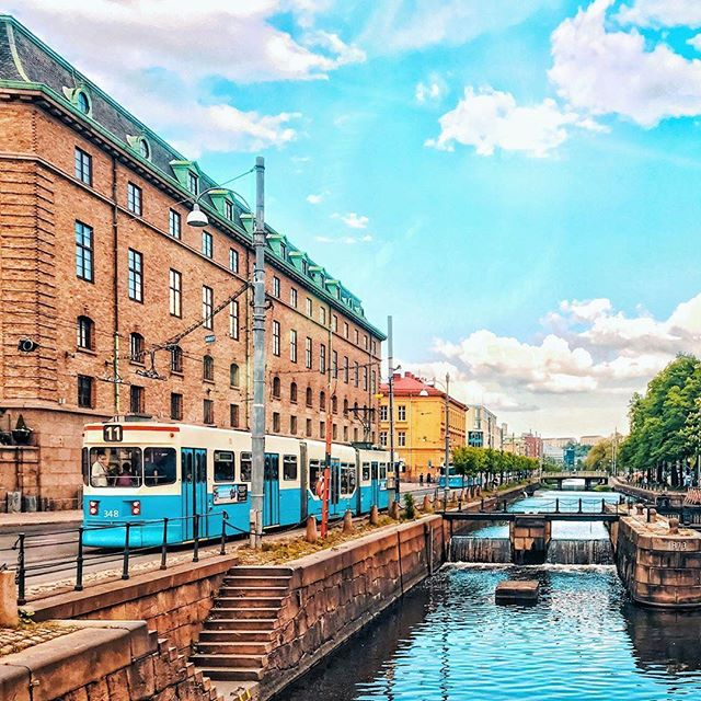 🇸🇪 Happy National Day 🇸🇪📷 by @victorpurnomo 🚃11:an #tram #gothenburg #göteborg #thisisgburg #thisisgbg #nationaldagen #sweden #schweden #sverige #11 #canal