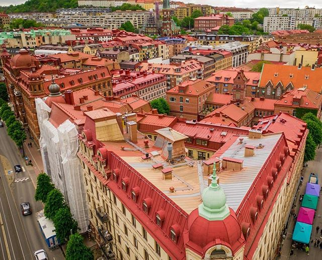 Rooftop Palettes 📷 by @sweden.from.above Tredjelång and Linnégatan from above 👌 #sweden #gothenburg #thisisgbg #thisisgburg #göteborg #loves_sweden #drone #sverige #schweden #gbg #gebege #rooftops #red #cityscape