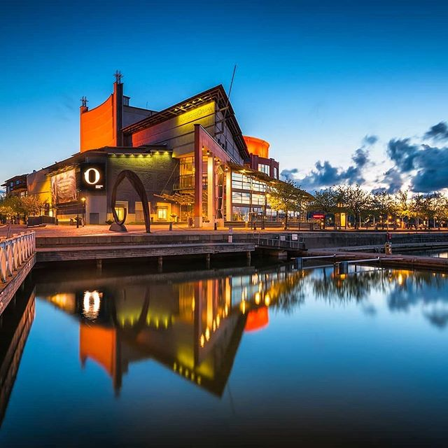The Gothenburg Opera House looking gorgeous on a summer evening! 📸 by @marcocalandraphotography  #thisisgburg #gebege #operahouse #westcoast #summernights #visitsweden #göteborg #gothenburg #showtime #reflection
