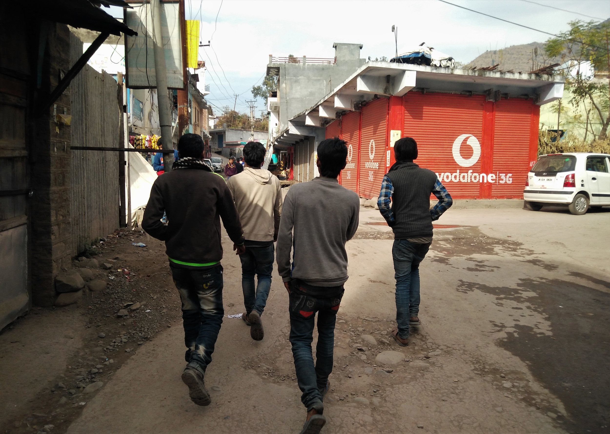 Four young migrant workers head towards the house of their contractor for pay in the times after high denomination notes were demonetized by the central government. Credit: Ankur Jayaswal