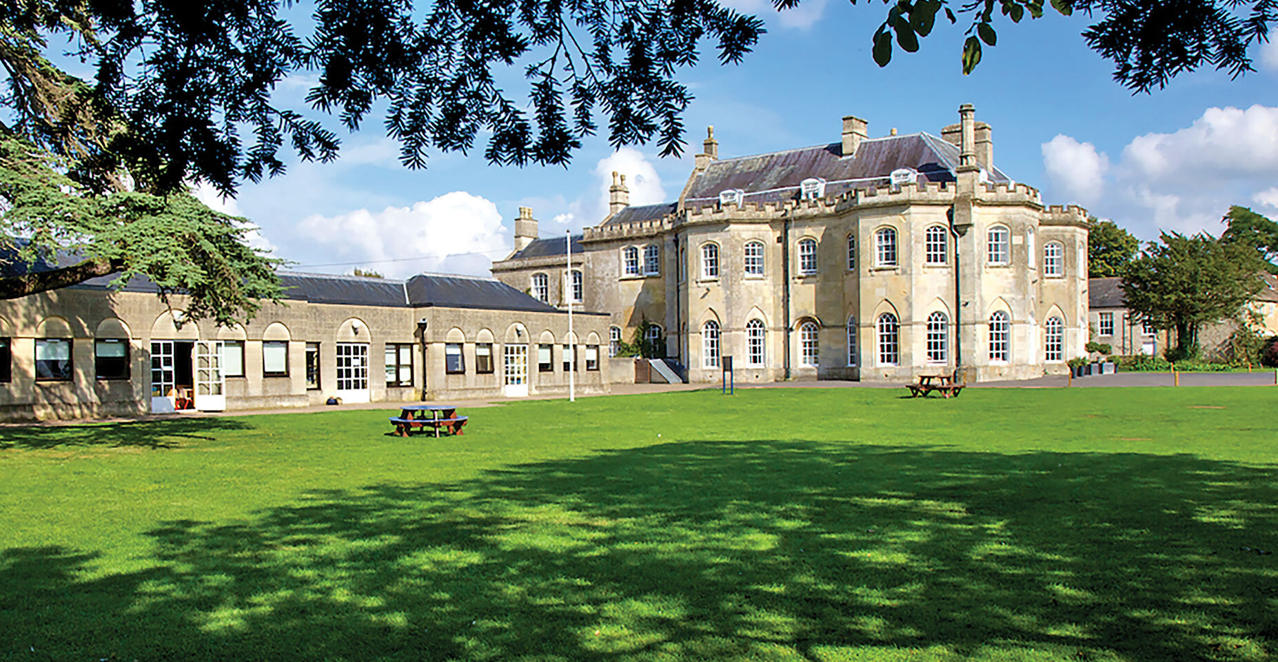 STONAR SCHOOL WILTSHIRE, UK - Course information● Dates July - August 2020● Course length 1 – 6 Weeks● Class size 8 – 14● Staff to student ratioin class 1 : 14 maximumin activities 1 : 15 maximumin boarding 1 : 20 maximum● Age 9 – 15● Levels All● Hours of English per week 30● Week 7 days (Sunday - Sunday)● Accommodation Residential and Homestay