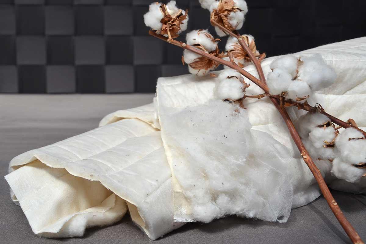 Baumwolldrellbezug - 100 % Baumwollbezugeinseitig versteppt mit reiner Schafschurwolle (Winterseite)einseitig versteppt mit reiner Baumwolle (Sommerseite)alternativ: beiderseits versteppt mit reiner Baumwollenicht abnehmbar, nicht waschbar