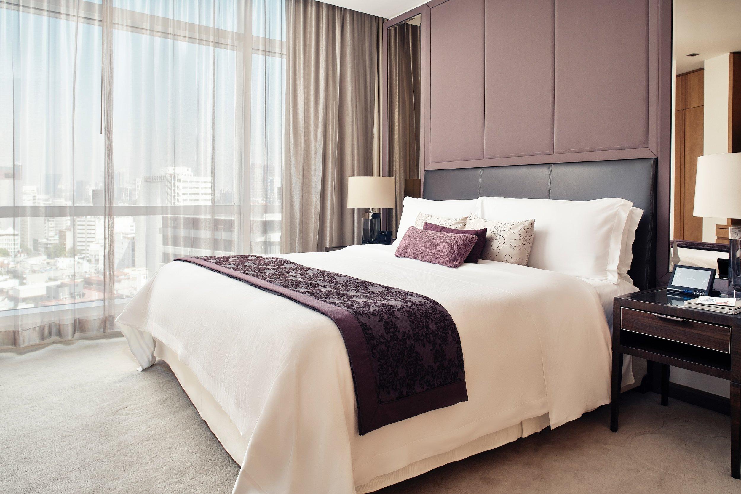 STR_MEXXR_guestroom_executive_suite_bed.jpg