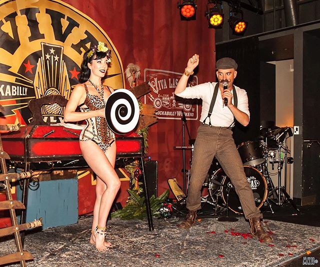 🗿🌴🐆🍹Lots of fun photos rolling in from our #tiki themed #sideshow for the @bigtoeart Book release with @wcpublishing at#vivalasvegasrockabillyweekend. Here's a snap of our head shrinking act. 📷 by @mark.k.hollinger  #strangeforhire #donnyvomit #frankiesin